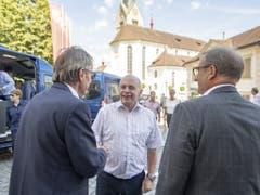 Bundespräsident Ueli Maurer trifft anlässlich des Bundesratsbesuchs in Stans ein und wird unter anderem von Landammann Alfred Bossard (rechts) begrüsst. (Bild: KEYSTONE/URS FLUEELER)