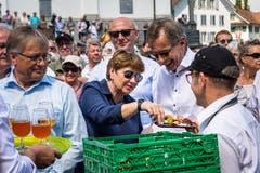 Viola Amherd langt zu. (Bild: Christian H. Hildebrand, Stans, 5. Juli 2019)