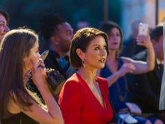 Schauspielerin Catherine Zeta-Jones und ihre Tochter Carys Douglas liessen sich die grosse Modeschau des römischen Labels Fendi zu Ehren des verstorbenen Modezaren Karl Lagerfeld nicht entgehen. (Bild: KEYSTONE/AP/DOMENICO STINELLIS)
