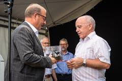 Der Nidwaldner Landammann Alfred Bossard überreicht ein Präsent an den Bundespräsidenten. (Bild: Christian H. Hildebrand, Stans, 5. Juli 2019)