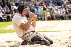 Nick Alpiger gewinnt das 113. Innerschweizer Schwing- und Älplerfest in Flüelen. (KEYSTONE/Alexandra Wey)