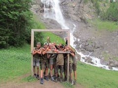 Auf unserer Anreise ins Survival Camp in Adelboden liefen wir an diesen schönen Wasserfällen vorbei. Die Laune blieb trotz eintretendem Regen super. (Bild: Sommerlager Lungern, 7. Juli 2019)