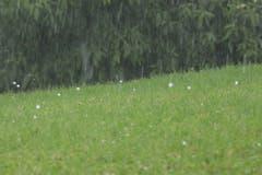 Hageltanz - Hagelkörner hüpfen bei einem Gewitter in Wittenbach über den Boden. (Bild: Valentin Zurfluh)
