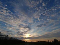 Wunderschöner Wolkenhimmel, aufgenommen in Altnau bei einer Fahrradtour dem Sonnenuntergang entgegen. (Bild: Selina Mayr)