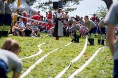 Die Feier stand im Zeichen des Schweizer Milizsystems. Hier hantieren junge Feuerwehrleute mit einem Schlauch. (Bild: Nadia Schärli, Rütli, 1. August 2019)