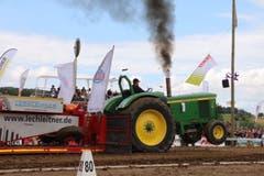 Solche Bilder sieht man jetzt alle fünf Minuten: Rauchende Traktoren, die angepeitscht von den Zuschauern über die Knutwilerhöhe brettern. (Bild: Julian Spörri, Knutwil, 10. August 2019)