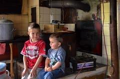 Samuel (links) und Valentin in der Küche.