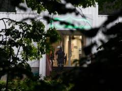 Ein schwer bewaffneter Mann ist am Samstag in eine Moschee in der Nähe der norwegischen Hauptstadt Oslo eingedrungen und hat einen Menschen mit Schüssen verletzt. (Bild: KEYSTONE/EPA NTB SCANPIX/TERJE PEDERSEN)