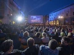 Jeden Abend strömen in Locarno Tausende auf die Piazza Grande. (Bild: Keystone/Urs Flüeler)