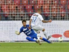FCZ-Offensivspieler Marco Schönbächler bezwingt Xamax-Goalie Laurent Walthert (Bild: KEYSTONE/WALTER BIERI)