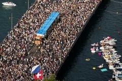 Die Street Parade von oben. (Bild: ALEXANDRA WEY)