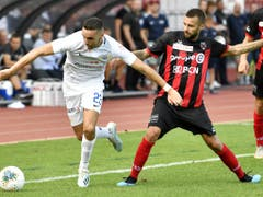 Mimoun Mahi (links, gegen Igor Djuric) war trotz des verschossenen Penaltys der grosse Pluspunkt im Zürcher Spiel (Bild: KEYSTONE/WALTER BIERI)