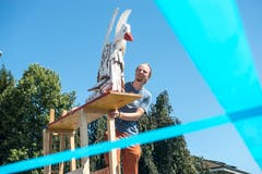 Der Künstler Elias Zürcher belebt den Burkhardt-Kreisel in Sursee mit seinen Gänsen. Hier seine aktuellste Kreation. (Bild: Dominik Wunderli, 11. August 2019)