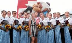 Die Ehrendamen, hier mit Martina Hingis, repräsentieren das Eidgenössische Schwing- und Älplerfest.