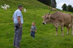 Senn Martin Rusch mit Sohn Valentin sieht nach den Kühen.