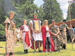 Die Römer von Blauring und Jungwacht Kriens üben sich in ihrem jurassischen Feldlager nicht nur in militärischem Drill. (Bild: Jérôme Martinu, Les Reussilles, 14. Juli 2019)