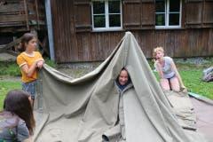 Zwergenhaus oder Zelt? (Lagerbild: Gruppe Coviya von Blauring Sempach, Männedorf, 8. Juli 2019)
