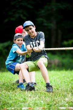 Kinder der Jungwacht Altishofen ziehen, was die Arme hergeben. (Bild: Manuela Jans-Koch, Lungern, 11. Juli 2019)
