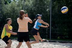 Sommer, Sonne, Sand: Im Sportlager wird auch Beachvolleyball geübt und gespielt. Bild: Corinne Glanzmann (Tenero, 13. August 2019)