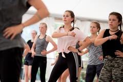 Die Teilnehmerinnen sind beim Einüben der Choreografie voll konzentriert. Bild: Corinne Glanzmann (Tenero, 13. August 2019)
