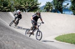 Mit dem BMX-Rad geht es über die künstlich angelegte Rundbahn, einen sogenannten Pumptrack. Bild: Corinne Glanzmann (Tenero, 13. August 2019)