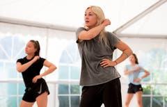 Tanzleiterin Samantha Orchard (Mitte) zeigt die Choreografie vor. Bild: Corinne Glanzmann (Tenero, 13. August 2019)