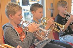 Fleissig üben die jungen Musiker die Stücke für die geplanten Lagerkonzerte ein. (Lagerbild: Musiklager Juniors Brass Seetal, Flühli, 29. Juli 2019)