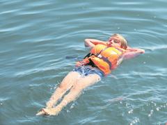 Entspannen auf dem Zugersee. (Lagerbild: Schweizer Kinderhilfswerk Kovive, Zug, 16. Juli 2019)