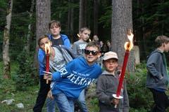 Fackelwanderung zurück ins Lagerhaus. (Lagerbild: Pfarreilager Neuenkirch, 10. Juli 2019)
