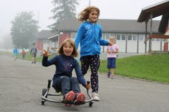 Volle Fahrt bei Malin und Ramona. (Lagerbild: Pfarreilager Neuenkirch, 9. Juli 2019)