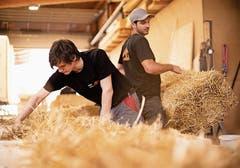 Domenic Penger (links) und Patrick Iten beim Elementbau. (Bild: PD)