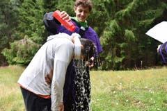 Die berüchtigte Lagertaufe. Jedes Kind erhält einen Lagernamen. Dieses Jahr sind es Begriffe rund um das Schwingen, da dieses Jahr das Innerschweizerische Schwing- und Älplerfest in Flüelen stattfand. (Bild: Zigani Fiora Flüelen)