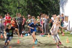 Bei einer Stafette beweisen die Kinder ihr Können. (Lagerbild: Jubla Egolzwil-Wauwil, 12. Juli 2019)