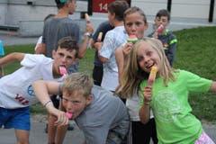 Eine süsse Abkühlung für Dean, Ennio, Vincenzo und Zoe. (Lagerbild: Pfarreilager Neuenkirch, Melchtal, 20. Juli 2019)