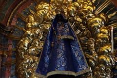 Die schwarze Madonna in der Klosterkirche Einsiedeln ist Anziehungspunkt für viele Pilger. (Bild: Werner Schelbert, 23.August 2007)