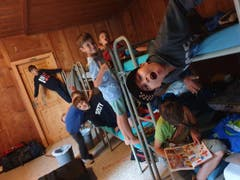 Beim Aufräumen der Schläge haben es die Kinder des Pfarreilagers Kerns lustig. (Lagerbild: Pfarreilager Kerns, Les Bois, 28. Juli 2019)