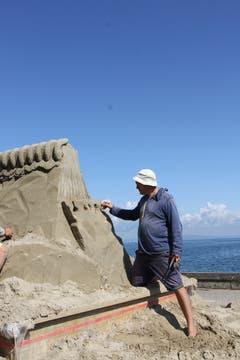 Präzisionsarbeit im feuchten Sand. (Bild: Sheila Eggmann)