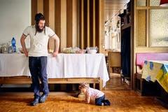 Vater Ben beobachtet seine Tochter beim Krabbeln. (Bild: Colin Frei)