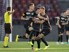 Jordi Quintilla bejubelt den Ausgleich: Er erwischt FCZ-Keeper Yanick Brecher mit seinem Freistoss (Bild: KEYSTONE/ENNIO LEANZA)