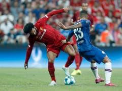 Liverpools Superstar Mohamed Salah (links) und Chelseas Verteidiger Emerson schenken sich hier nichts (Bild: KEYSTONE/AP/LEFTERIS PITARAKIS)