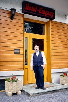 Feriengast Menasche Scharf am Hotel-Eingang. (Bild: Colin Frei)