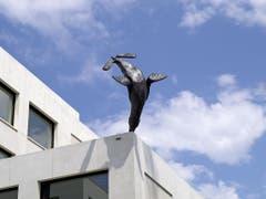 Der «Seelöwe» von Urs Cavelti auf dem Erlenmatt-Schulhaus in Basel besticht durch seinen spielerischen und nicht avantgardistischen Ansatz. (Bild: Baselkultur/Serge Hasenböhler)