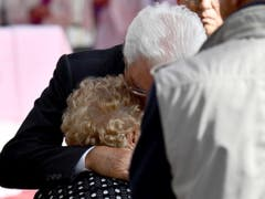 Staatspräsident Sergio Mattarella umarmt an der Feier in Genua eine trauernde Frau. (Bild: KEYSTONE/EPA ANSA/LUCA ZENNARO)