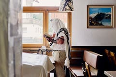 Ein Gläubiger betet im Speisesaal eines Saaser Hotels. (Bild: Colin Frei)