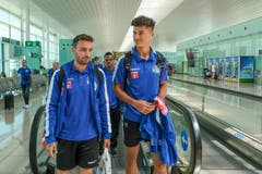 Ankunft in Barcelona: Die FCL-Spieler Francesco Margiotta, Ibrahima Ndiaye und Salah Aziz Binous im Flughafen. (Bild: Martin Meienberger/freshfocus)