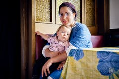 Feriengast Shevi Tomlin mit ihrem Kind. (Bild: Colin Frei)