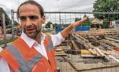 Gesamtbauleiter Matthias Neumaier zeigt den Umbau des Bahnhofs Kisslegg.