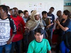 Asylsuchende in der Asylunterkunft Eschenhof in Gampelen BE. Die Zahl der Gesuche ging im ersten Halbjahr 2019 um 10 Prozent zurück. (Bild: KEYSTONE/PETER KLAUNZER)
