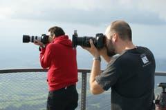 Nicolas Giovanettoni und Remo Schläpfer fotografieren auf dem Hohen Kasten. (Bild: Martin Oswald)