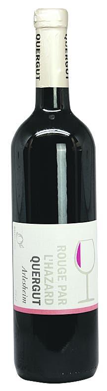 Quergut – Rouge par Hazard 2018 AOC Basel-Landschaft, Cabernet Jura, 13,5 Vol.-%. 14 Fr.- Schöner Zufall! Mit seinem «Hazard» ist Winzer Thomas Löliger ein ungewöhnlicher Wein gelungen. Eigentlich wollte er die Cabernet-Jura-Trauben aus dem Arlesheimer Steinbruch zu einem typischen Rosé keltern. Doch dann wurde der Wein wegen der ungewöhnlich vielen überreifen Beeren und einer Verzögerung beim Pressen dunkler und gehaltvoller als geplant. Zum Glück – der Wein vereint nun Power und Frische. Florale Anklänge treffen auf schwarze Beerenaromen. Dazu kommen ein schönes Säurespiel und ein ziemlich druckvoller Abgang. www.quergut.chBild: Joël Gernet